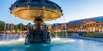 Schlossplatz in Stuttgart in de avonduren van