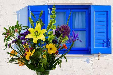 Griekse blauwe luiken met een kleurrijk voorjaarsboeket van ellenilli .
