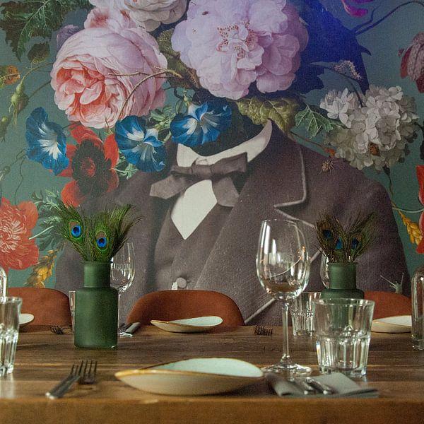 Klantfoto: Zelfportret met bloemen 3 (groengrijze achtergrond) van toon joosen