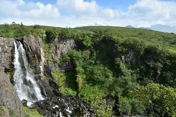 Waterval bij Skaftafell nationaal park bij zon van