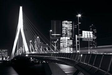 Erasmusbrug Rotterdam zwart-wit in december von Dexter Reijsmeijer