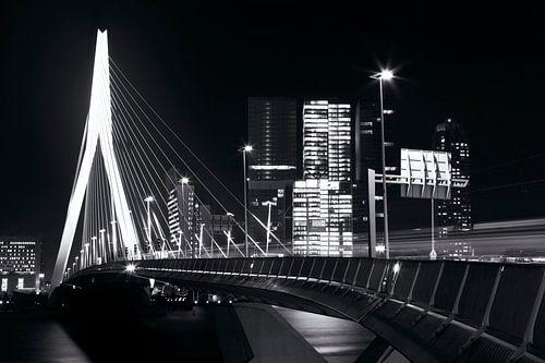 Erasmusbrug Rotterdam zwart-wit in december