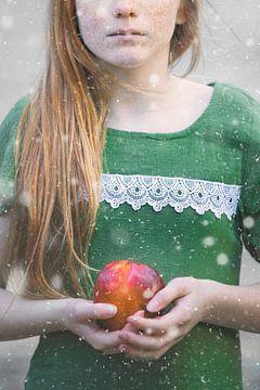 Roodharig meisje met appel van Cindy Van den Broecke