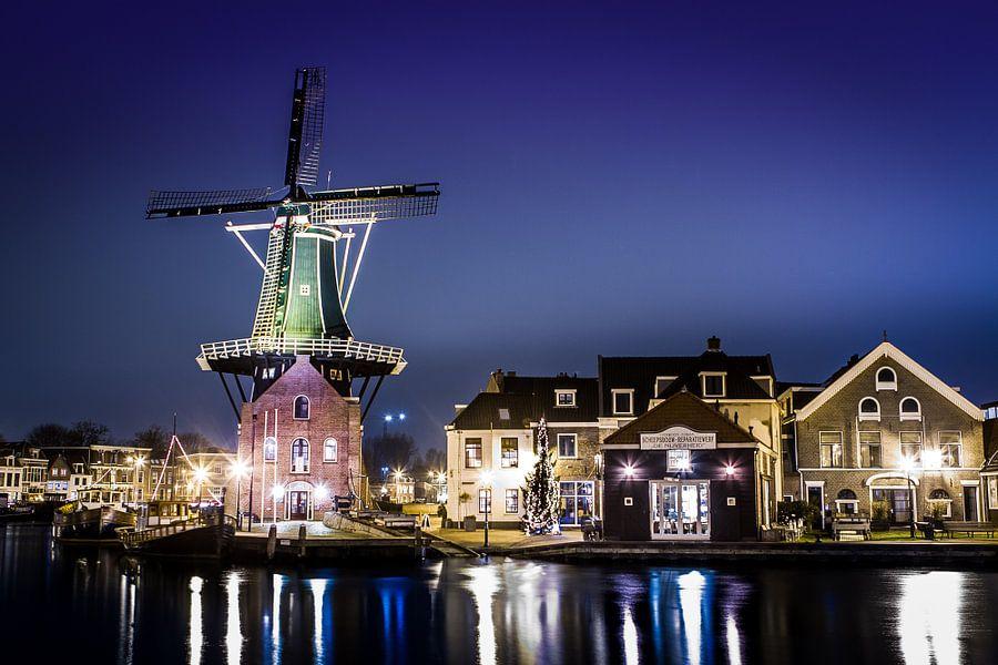 Molen de Adriaan in Haarlem van Leon Weggelaar