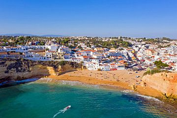 Luftbildaufnahme des Dorfes Carvoeiro in Portugal von Nisangha Masselink