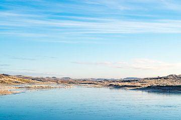 Een bevroren duinmeer op een koude winterochtend op Terschelling van Alex Hamstra