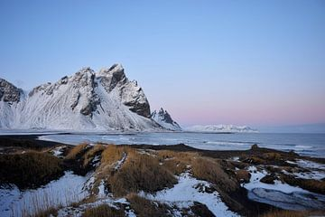 Stokksnes tijdens zonsondergang van Elisa in Iceland