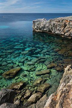 Vue à travers l'eau sur la côte de Minorque sur Leontine van der Stouw