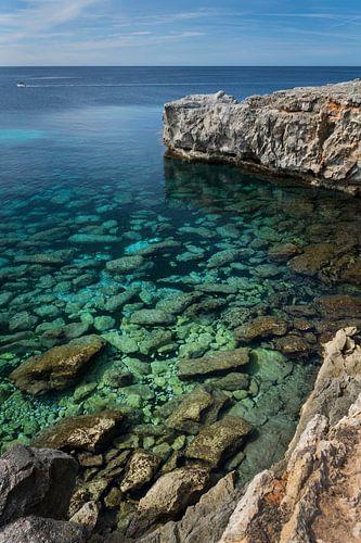 Kijkje door het water aan de kust van Menorca