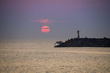 Sonnenuntergang an der Mole in Hvide Sande von Daniela Tchinitchian Photography