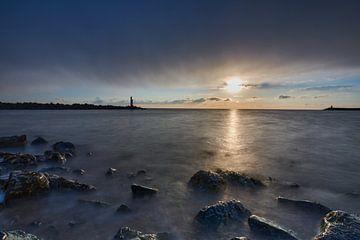 zee tegen rotsblokken van Etienne Rijsdijk