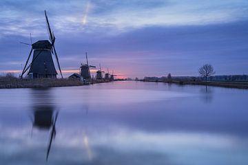 Zonsopkomst op een koude morgen in Februari bij de windmolens van Kinderdijk. van Anges van der Logt