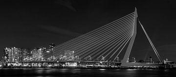 Erasmusbrug Rotterdam bij nacht in zwart wit van Alexander Blok