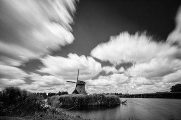 Oudhollandse molen tegen wolkendek in Z/W von Arjen Schippers