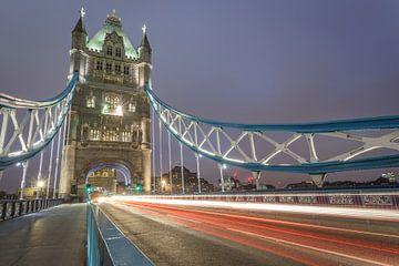 Light trails at Tower Brigde Londen van Pieterpb