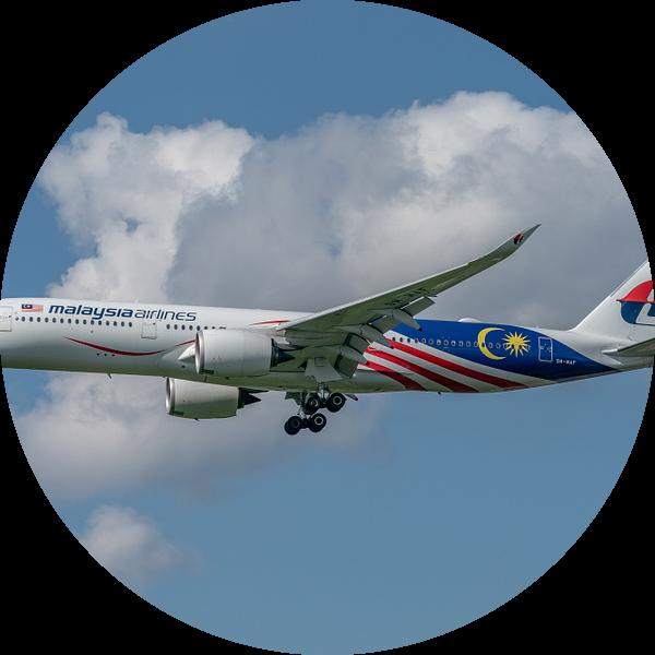 Mooie Airbus A-350-900 van Malaysia Airlines in de landing opLonden Heathrow Airport! van Jaap van den Berg