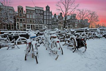 Winter in Amsterdam bij zonsondergang van