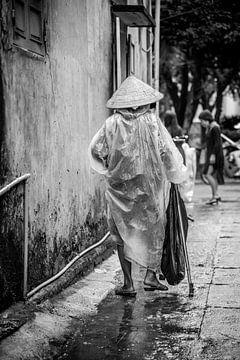 Oude dame in Vietnam zwart wit van Manon Ruitenberg