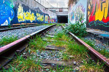 Verlaten metrolijn met Graffiti van Yannick uit den Boogaard