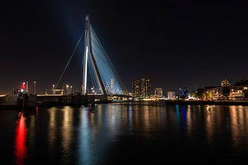 Erasmusbrug Rotterdam bij Nacht. sur Brian Morgan