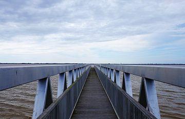 Stalen symmetrische oneindig lange brug van André Dijkshoorn