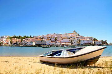 Gezicht op het dorpje Ferragudo in de Algarve Portugal von Nisangha Masselink