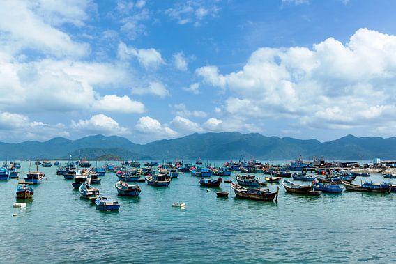 Bootjes in Nha Trang, Vietnam van Gijs de Kruijf