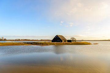 Oude boerenschuur in een overstroomde Nederlandse polder van Ruud Morijn