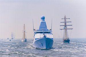 Zr.Ms. Zeeland begeleid Zeilschepen en de Stad Amsterdam