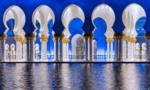 Blauwe en witte bogen in de Sheikh Zayed moskee van Abu Dhabi