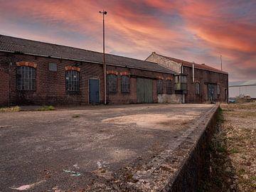 Verlassenes Industriegebäude mit surrealistischem Himmel von Robin Jongerden