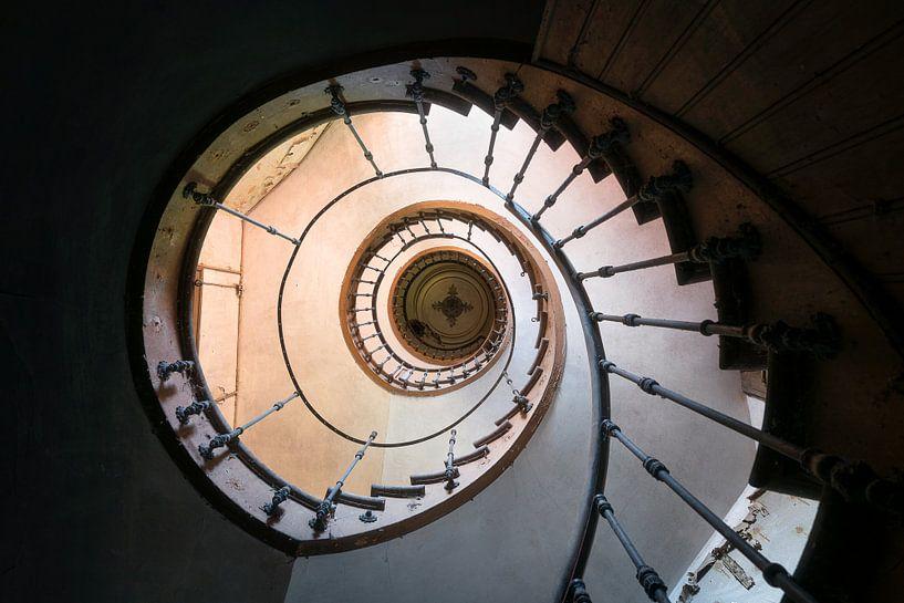 Verlassene Wendeltreppe in Decay. von Roman Robroek