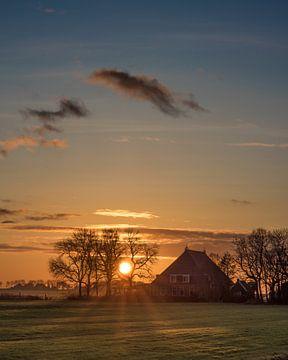 Zonsondergang bij een boerderij in Gaasterland