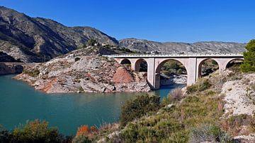 Stenen boogbrug over de rivier de Sella bij het dorp Orxeta, Spanje van Gert Bunt