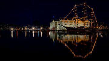 Schifffahrtsmuseum Amsterdam bei Nacht. von Gerard Koster Joenje (Vlieland, Amsterdam & Lelystad in beeld)