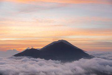 Dromerig landschap in de wolken van Vincent Keizer