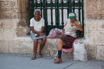 Twee oudere Cubaanse vrouwen op straat