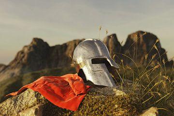 Sparta helm naast rode mantel liggend op rots van Besa Art