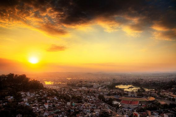Antananarivo zonsondergang over de stad van Dennis van de Water