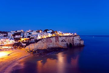Carvoeiro in de Algarve Portugal bij avond von Nisangha Masselink