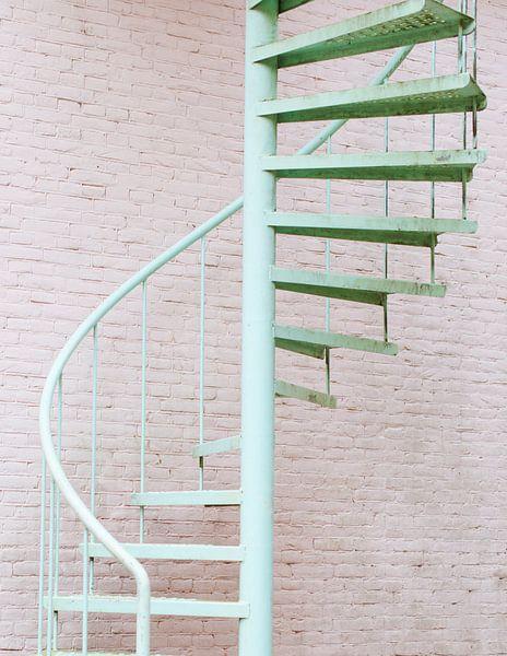 Mintgroene trap tegen roze muur van Anki Wijnen