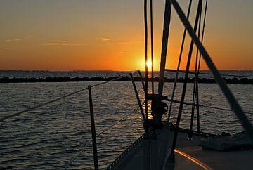 Zeilboot bij zonsondergang van Judith Cool