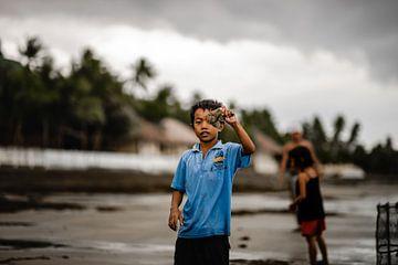 Kind in Fischerdorf auf den Philippinen von Yvette Baur