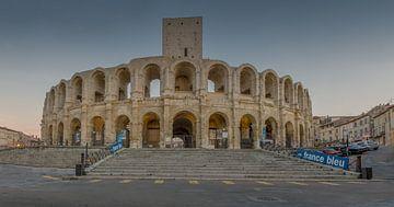Les arènes d'Arles à l'heure bleue, Provence, France sur Maarten Hoek