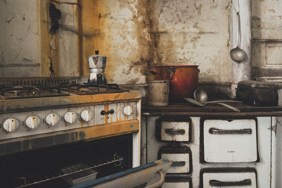 Oude italiaanse keuken van perry wiertz op canvas behang en meer