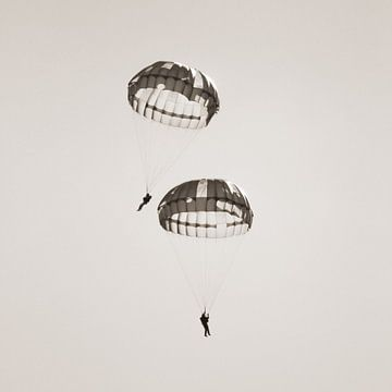 Twee parachutisten  sur Tess Smethurst-Oostvogel