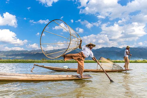Fischer mit traditionellen Boot auf dem See Inle in Myanmar. Es ist ein traditionelles, aber sehr al