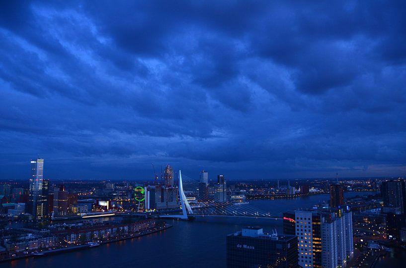Donkere Wolken boven Rotterdam van Marcel van Duinen