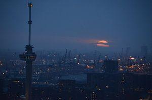Euromast en de haven van Rotterdam Licht en Donker