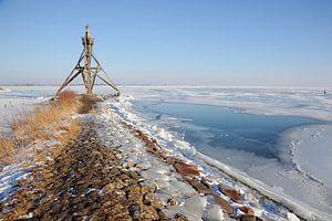 Vuurtoren bij bevroren IJsselmeer van